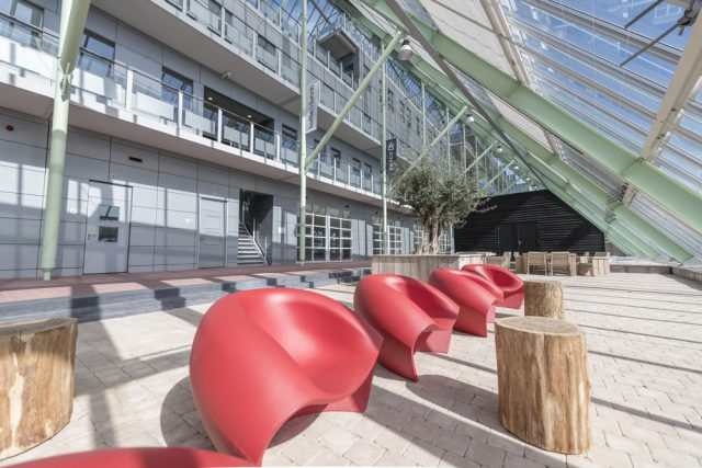 Crystalic tuin met rode stoeltjes